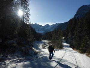 Bei schönstem Wetter hinein ins winterlich-einsame Karwendel.
